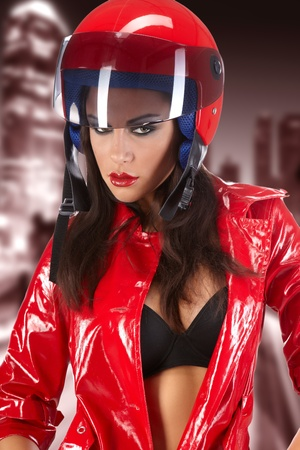 casco de moto: La bella joven con un casco de motocicleta