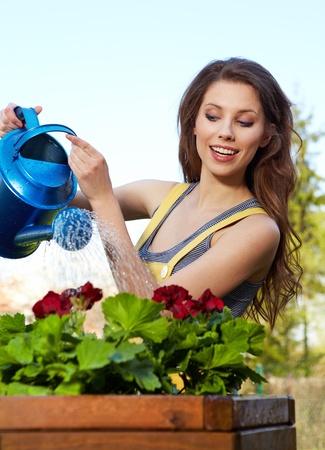 regando plantas: Flores de riego de ni�a alegre