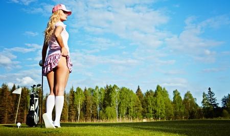 golf drapeau: Jeune femme sur le parcours de golf, vue arri�re  Banque d'images