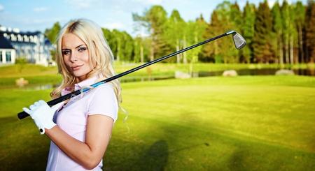 teen golf: belleza chica rubia jugar al golf  Foto de archivo