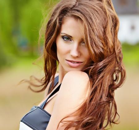 Portrait de cute rouge jeune femme aux cheveux, plein air Banque d'images