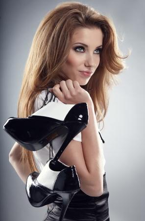 pies sexis: Hermosa mujer después de la fiesta de celebración de zapatos. Chica y calzado  Foto de archivo