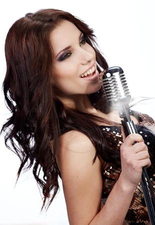 microfono de radio: cantante pop femenina con el micrófono retro Foto de archivo
