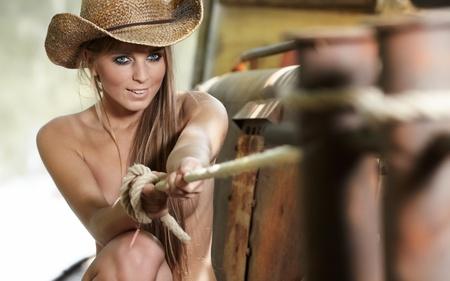 beaux seins: femme sexy avec un chapeau de cow-boy