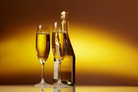 Champagner-Gläser auf Feier-Tabelle