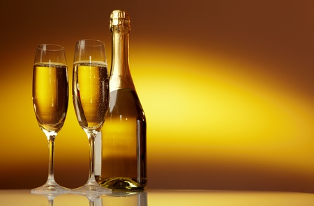 botella champagne: Lentes Champaña sobre mesa de celebración