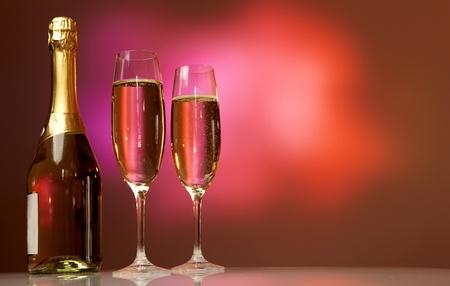 botella champagne: Copas de champán en la mesa de la celebración