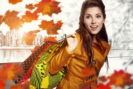 女性と秋ショッピング 写真素材