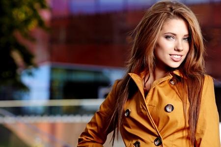 junge brünette Frau Porträt im Herbst Farbe