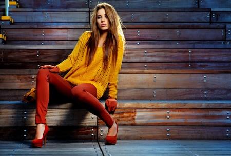 moda: Retrato de joven mujer morena en color del otoño