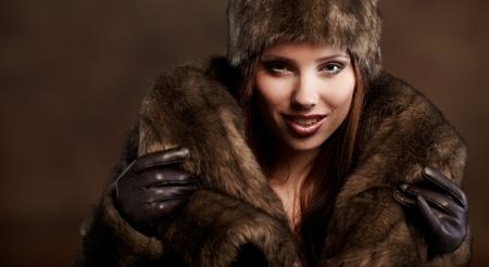 portret van een mooie vrouw het dragen van bont