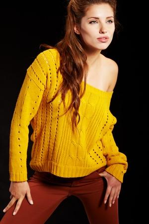 poses de modelos: modelo de moda en la ropa de otoño  invierno posando en el estudio Foto de archivo