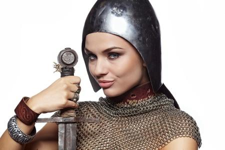 espadas medievales: Retrato de un caballero medieval con armadura femenina