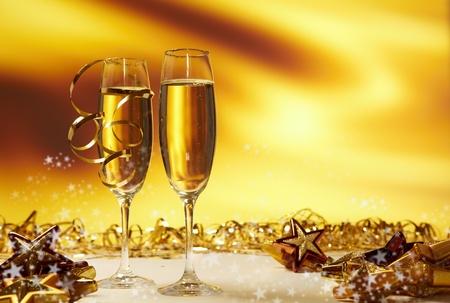 brindisi spumante: Bicchieri di champagne pronti a portare nel nuovo anno Archivio Fotografico