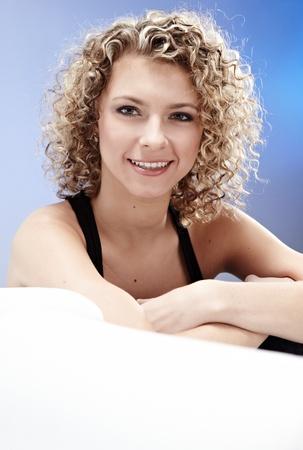 cabello rizado: Hermosa mujer rubia, de pelo rizado