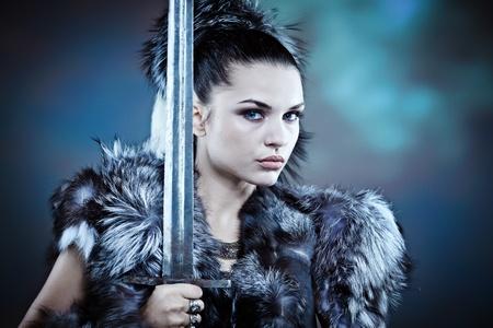 espadas medievales: Mujer guerrera. Fantas�a idea de la moda.