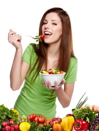 comidas saludables: Joven mujer sonriente con frutas y vegetales sobre fondo blanco
