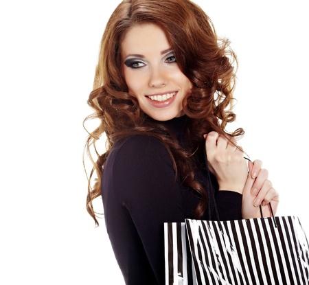compras compulsivas: Mujer de compras a pie y celebración de las bolsas - aislados en blanco Foto de archivo