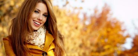 エレガントな着ているの美しい秋の公園 写真素材