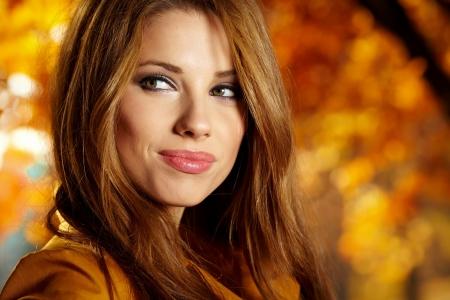 femme romantique: Belle femme �l�gante debout dans un parc � l'automne Banque d'images