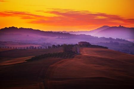 Landschap in Toscanië bij zonsondergang in de zomer