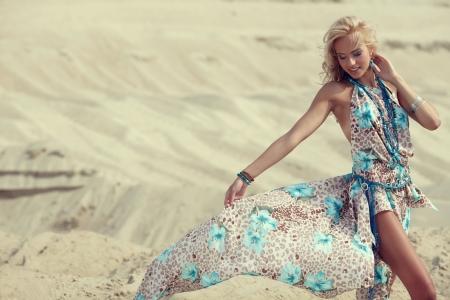 usmívající se žena v bílých šatech stojící na pláži, slunné letní den Reklamní fotografie - 14408452