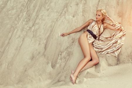 žena v šatech opřít na letní pláži Reklamní fotografie - 14411897
