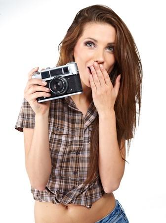 Mujer hermosa joven con la cámara