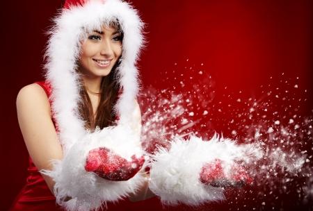 Foto de la chica de moda de Navidad viento y nieve.