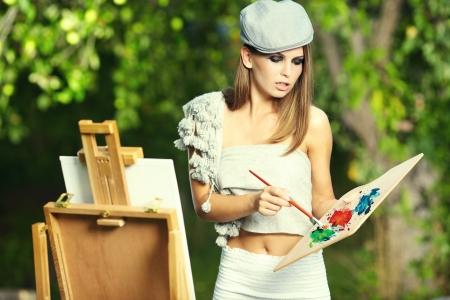 creativity artist: La mujer se est� pintando. Sesi�n al aire libre.