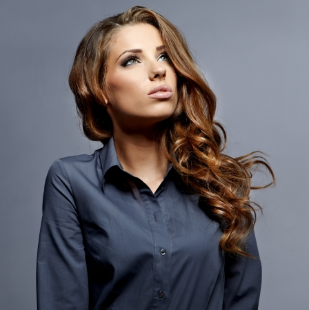 mooie zakenvrouw portret, grijze achtergrond Stockfoto