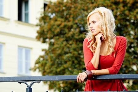windy city: Closeup retrato de una bella mujer en la ciudad en �poca estival