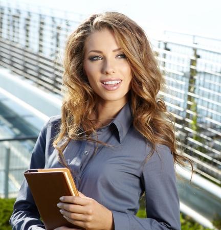 Belle femme d'affaires sur le fond du bureau moderne Banque d'images - 15227215