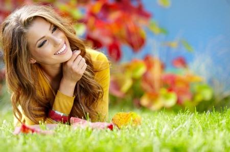 mooie vrouwen: mooi meisje met boek in het najaar park Stockfoto