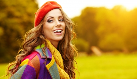 shawl: Fashion vrouw lopen in het najaar van park