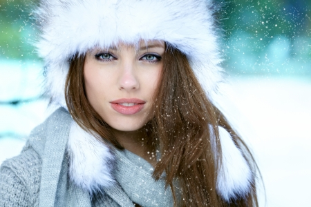 winter fashion: Young woman winter portrait  Shallow dof