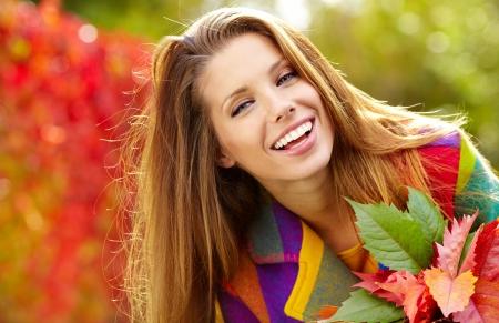 Belle femme élégante debout dans un parc à l'automne Banque d'images