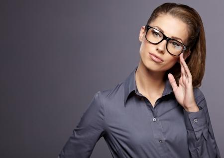 mujeres maduras: Atractiva mujer de negocios sonriendo contra el fondo copia espacio
