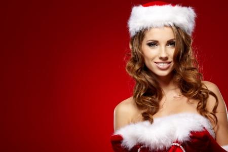 eventos especiales: invierno retrato de una mujer santa con un regalo de navidad