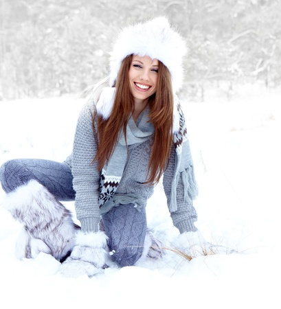 ropa de invierno: La nieve de invierno al aire libre retrato de la mujer en el d�a de invierno cubierto de nieve blanca Foto de archivo