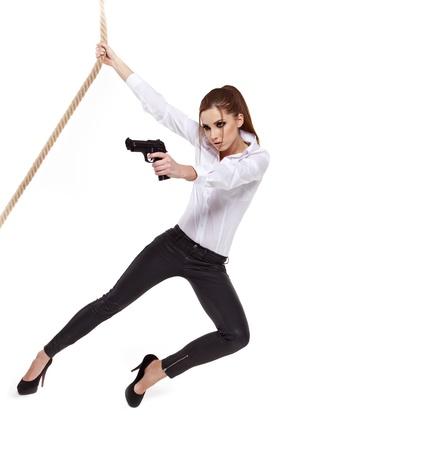 Sexy ragazza in possesso di una pistola nera