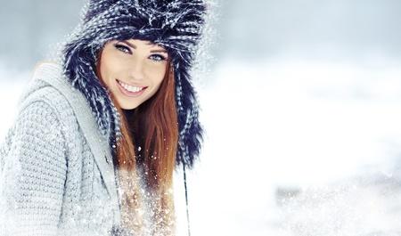 ropa de invierno: Hermosa chica morena de pelo i ropa de invierno Foto de archivo