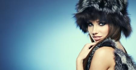 silver fox: Fur Fashion. Muchacha hermosa en sombrero de piel. Invierno retrato Mujer
