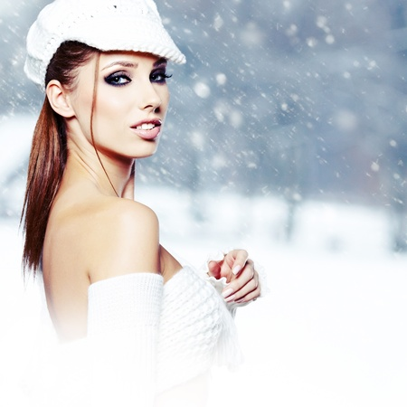 Attractive young woman in wintertime outdoor Stock Photo - 17130151