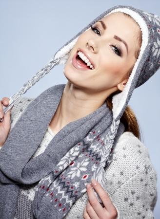 ropa de invierno: hermosa mujer en ropa de abrigo
