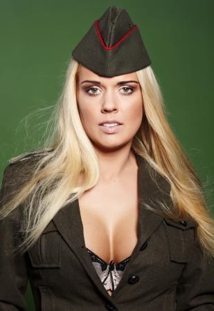 sexualidad: Mujer hermosa en ropa militar Foto de archivo