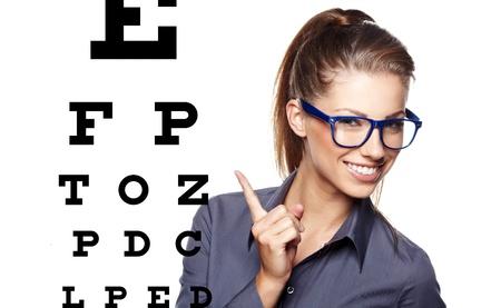 examen de la vista: mujer con gafas azules de moda en el fondo de la tabla optométrica prueba Foto de archivo