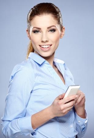 belles jambes: jeune femme parlant au t?l?phone en studio