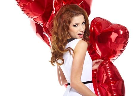 palloncino cuore: giovane e bella donna con un cuore a forma di palloncini