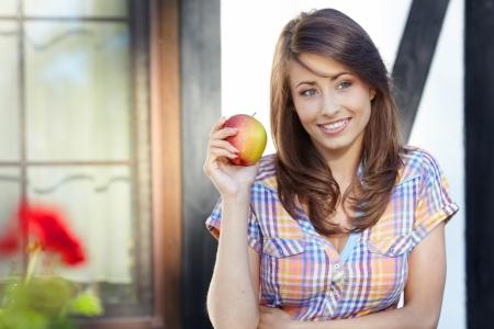 manzana roja: Manzana mujer. Modelo muy hermoso come la manzana roja en el parque. Foto de archivo